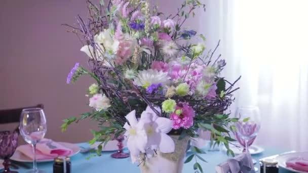 Výzdoba a dekorace stolu pro dovolenou, svatbu nebo oslavu