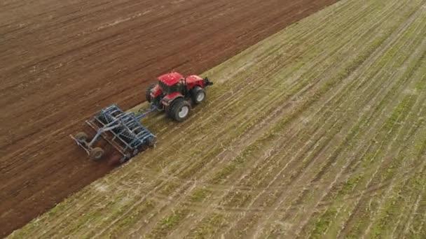 Traktor provádějící kultivátor kultivačních disků