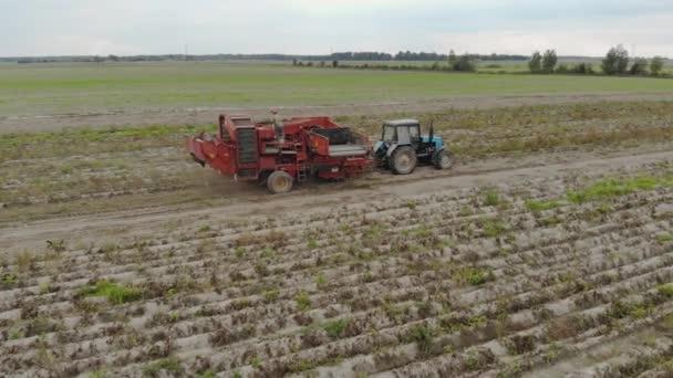Třídič brambor odstraňuje nečistoty z dopravníku před zásobníkem zemědělského stroje