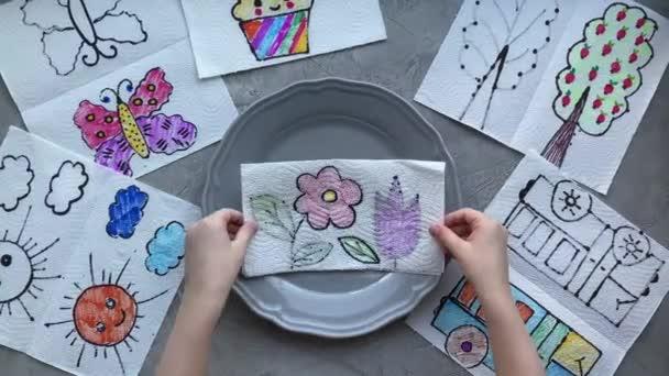 gyermekeknek otthon teljesítmény, rajzok válnak sokszínű, segítségével a víz egy tányéron.