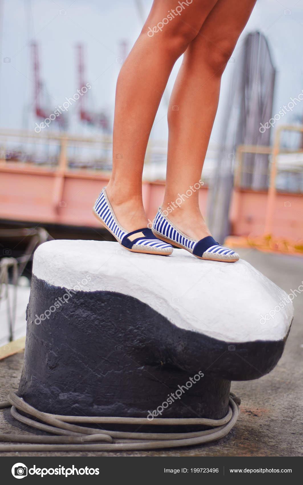 Chica Zapatos Soporte Joven Piernas Mar Encuentra Baliza Puerto 8XNkn0ZwOP