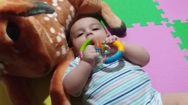 chlapeček s kousací hračky