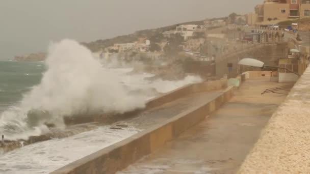 Velké vlny stříkající na moři ukotvit rainny a větrné počasí