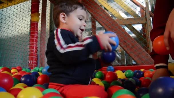 batole s matkou, hrát si s barevnými míčky v hrací plocha - Raný vývoj dítěte