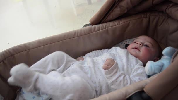 aranyos 3 hónapos kisfiú kiságy carry, hogy vicces arcok