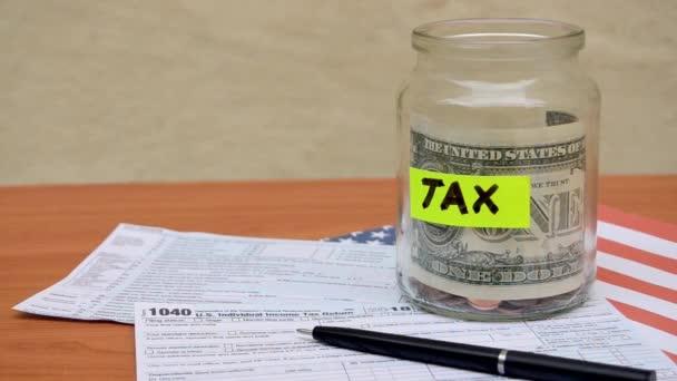 statick střílet ze sklenice s DPH štítku jeden dolar poznámku a 1040 formulář stěhování do větru - duben daně den