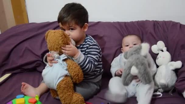 aranyos 4 hónapos kisfiú a purple-toy nyuszi, ágynemű