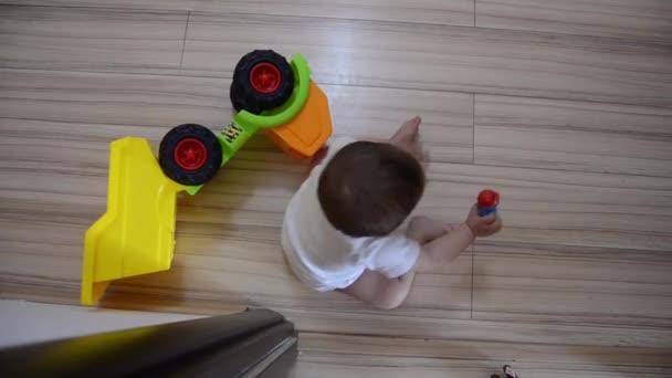 Velká střela, roztomilá sedmiletá chlapeček hrající na podlaze Vzdělávací hračky