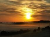 Fotografie krajina s mlhou a krásný východ slunce
