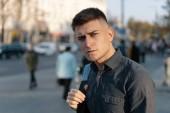 Séta a hátizsákot európai város fiatalember modern