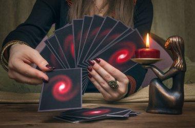 Falcı masasında tarot kartları. Gelecek okuma konsepti. Öngörü.