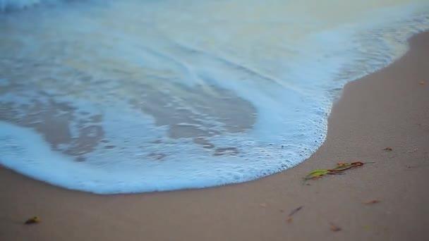 Pobřeží s mořskými vlnami na Sicílii