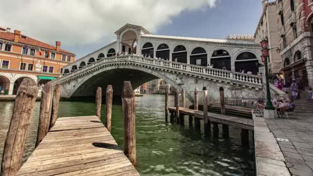 Časová prodleva výhledu na most Rialto v Benátkách, Itálie 3
