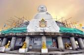 Phuket, Thajsko - 07. říjen 2013: Mramorová socha Velkého Buddhy. Stavba se očekává dokončení v roce 2015. Zajímavé lze vidět z většiny oblasti Jižní Phuket