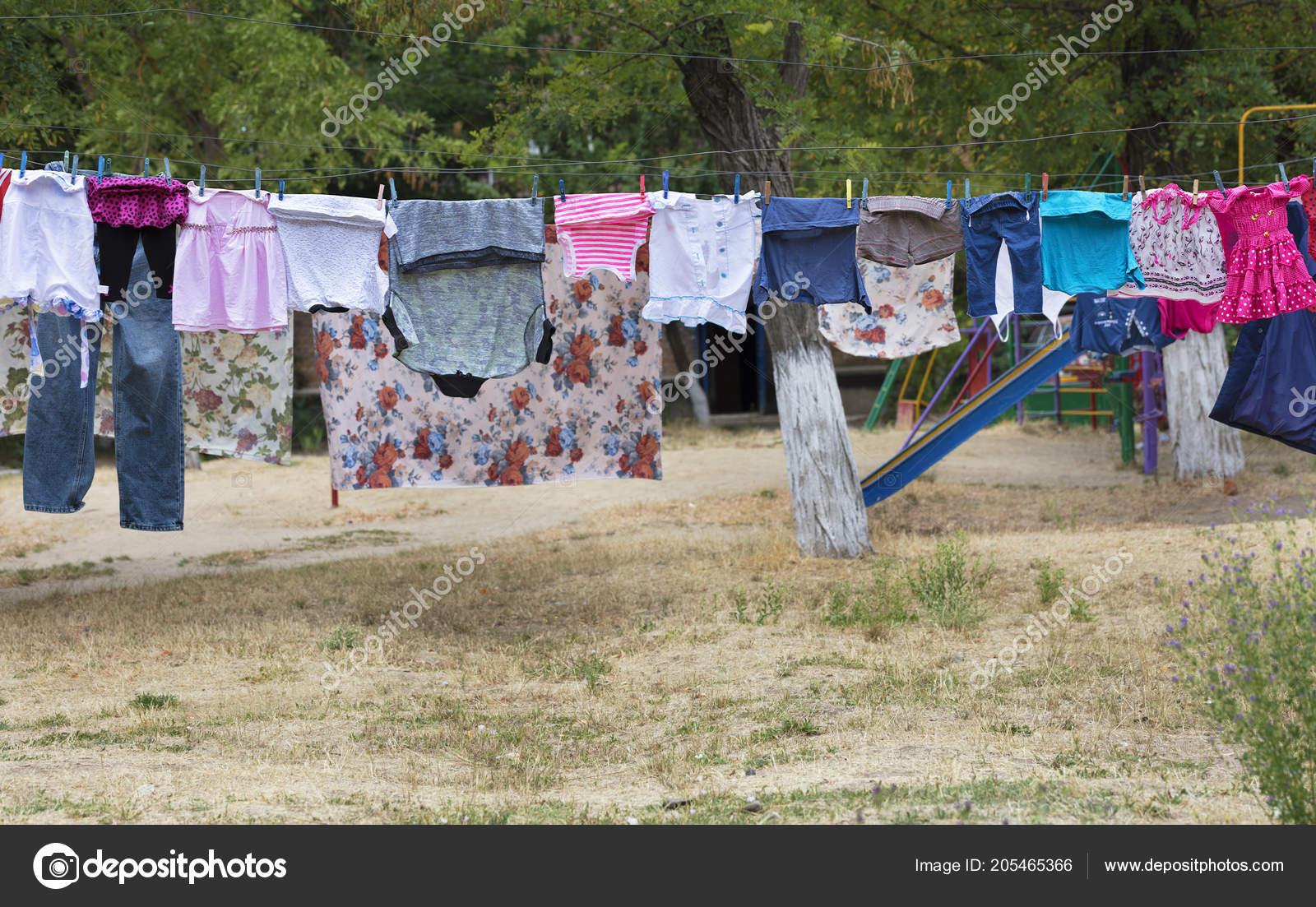 Hängen Sie Seil Wäsche Waschen Und Trocknen Sie Draußen Über ...
