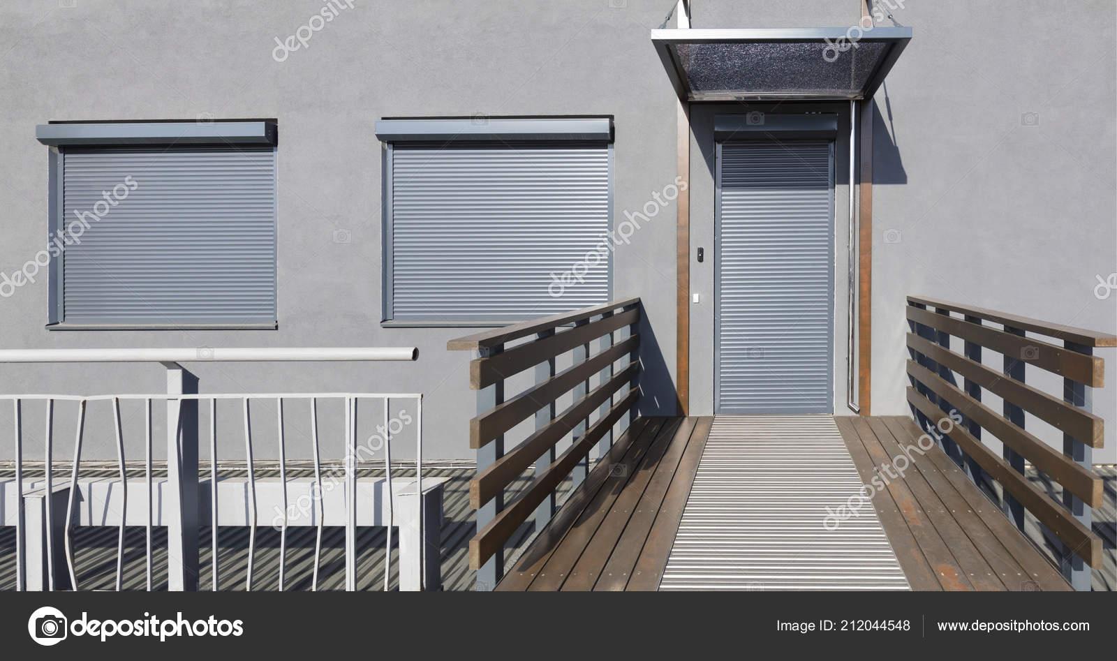 Case Con Persiane Grigie : Persiane metallo grigio chiaro porte finestre della casa u foto