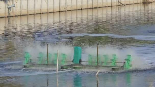 Schaufelradbelüfter in schwarzem Wasser auf Kanal, Abwasserbehandlung durch Einfüllen von Sauerstoff ins Wasser.