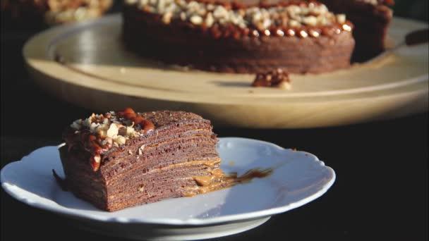 Palacsinta torta dióval. Gyönyörű házi sütemény. Absztrakt élelmiszer videó