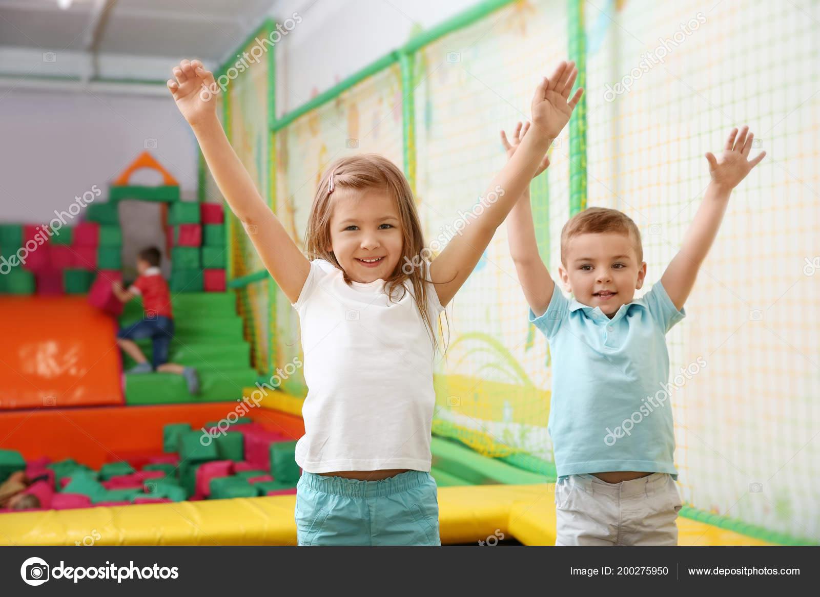 689aadac771 Χαριτωμένα Παιδιά Που Παίζουν Στο Κέντρο Ψυχαγωγίας — Φωτογραφία Αρχείου