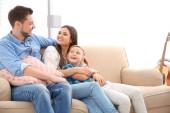 Fotografie Šťastná rodina společně odpočinku na pohovce doma