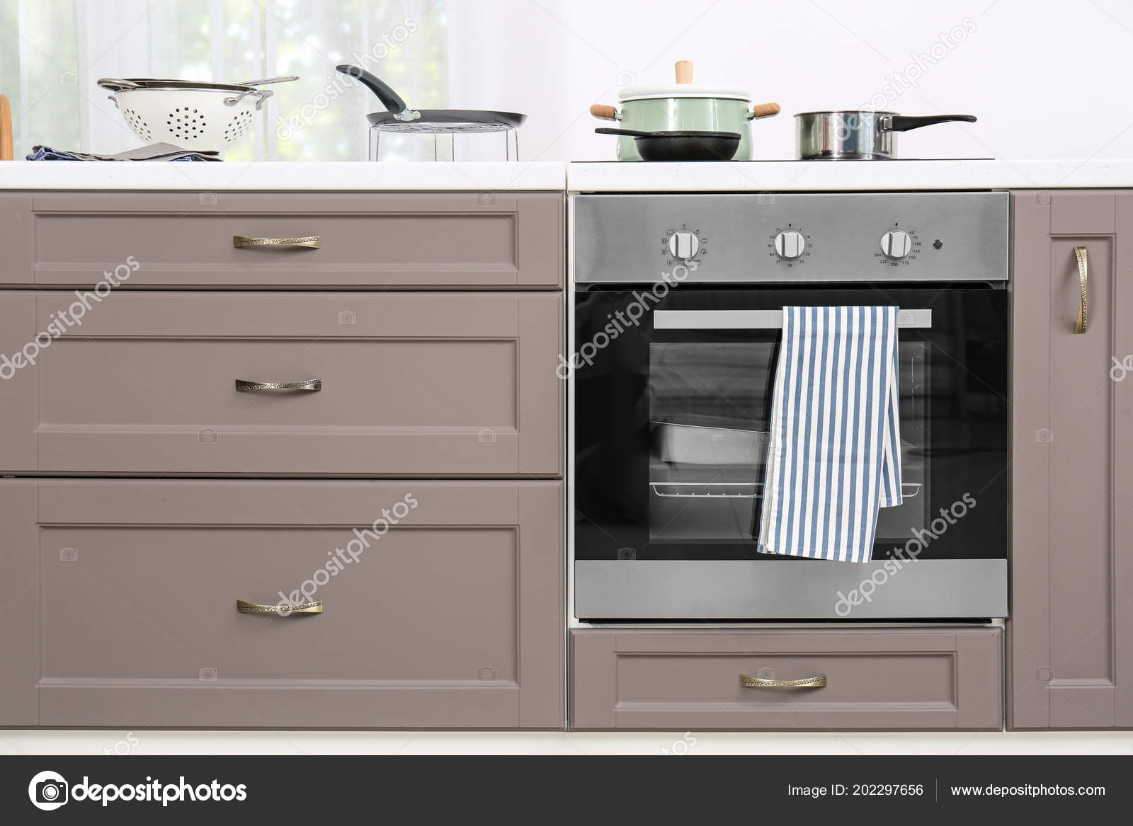 Mobili cucina moderna con piano cottura elettrico — Foto ...