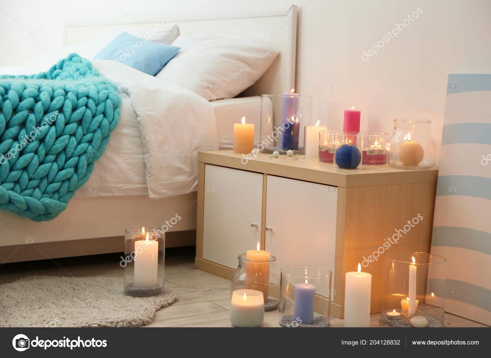 Candele Camera Da Letto : Accogliente camera letto decorata con candele accese u foto stock