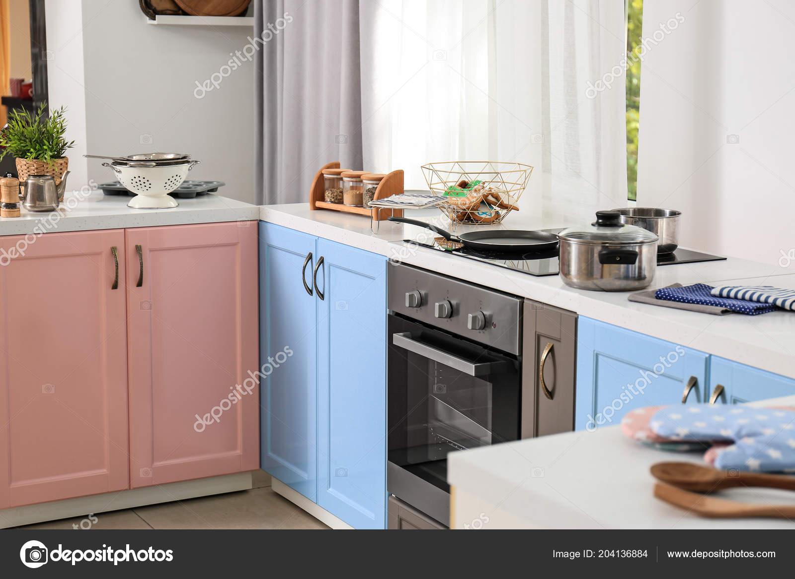 Heldere moderne keuken interieur u2014 stockfoto © belchonock #204136884