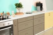 Nábytek moderní kuchyň s elektrickým sporákem