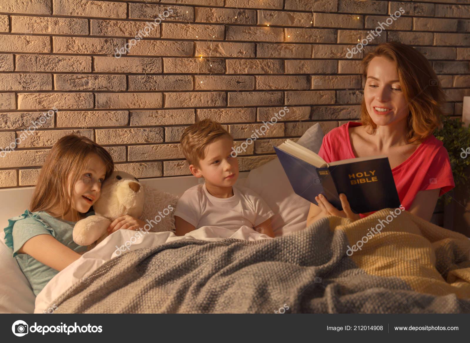 Сестра читала книгу а брат начал приставать, Сестра пристаёт к брату -видео. Смотреть Сестра 18 фотография