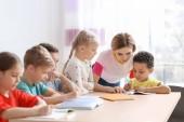 Segít a lány vele házi feladatot osztályteremben iskolai férfi tanár