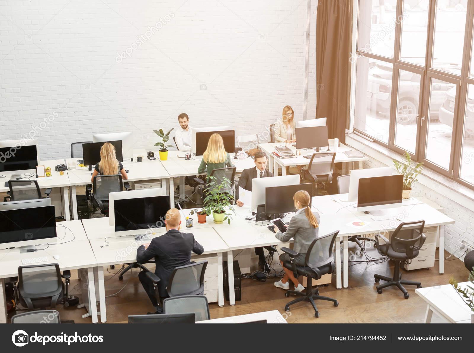 Jeunes qui travaillent dans les bureaux modernes u photographie