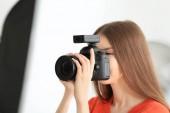 Fotografie mladé samice fotograf pracuje ve studiu