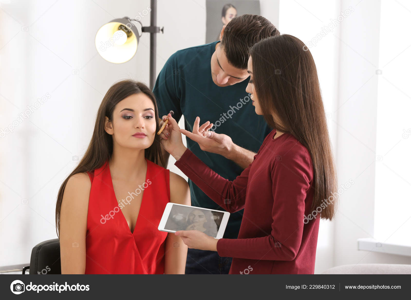 Professional Makeup Artist Teaching Trainee Salon Apprenticeship Concept — Stock Photo