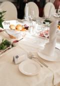 Fényképek A vendégek közelében az esküvői bankett vacsora asztal, szabad hely, a szöveg fehér üres lemez üres kártya