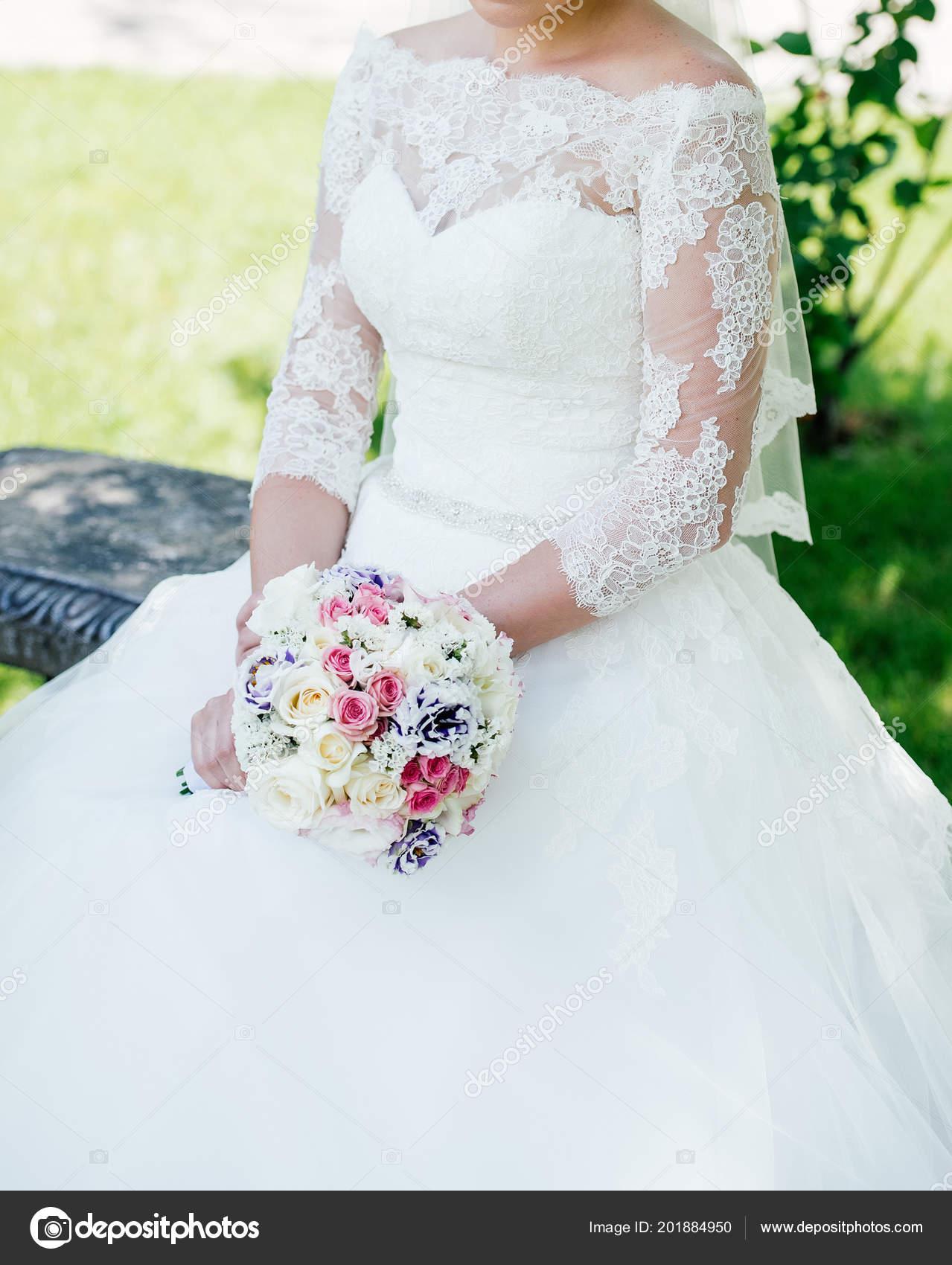 Beautiful Bride White Lace Wedding Dress Wedding Bouquet Cream