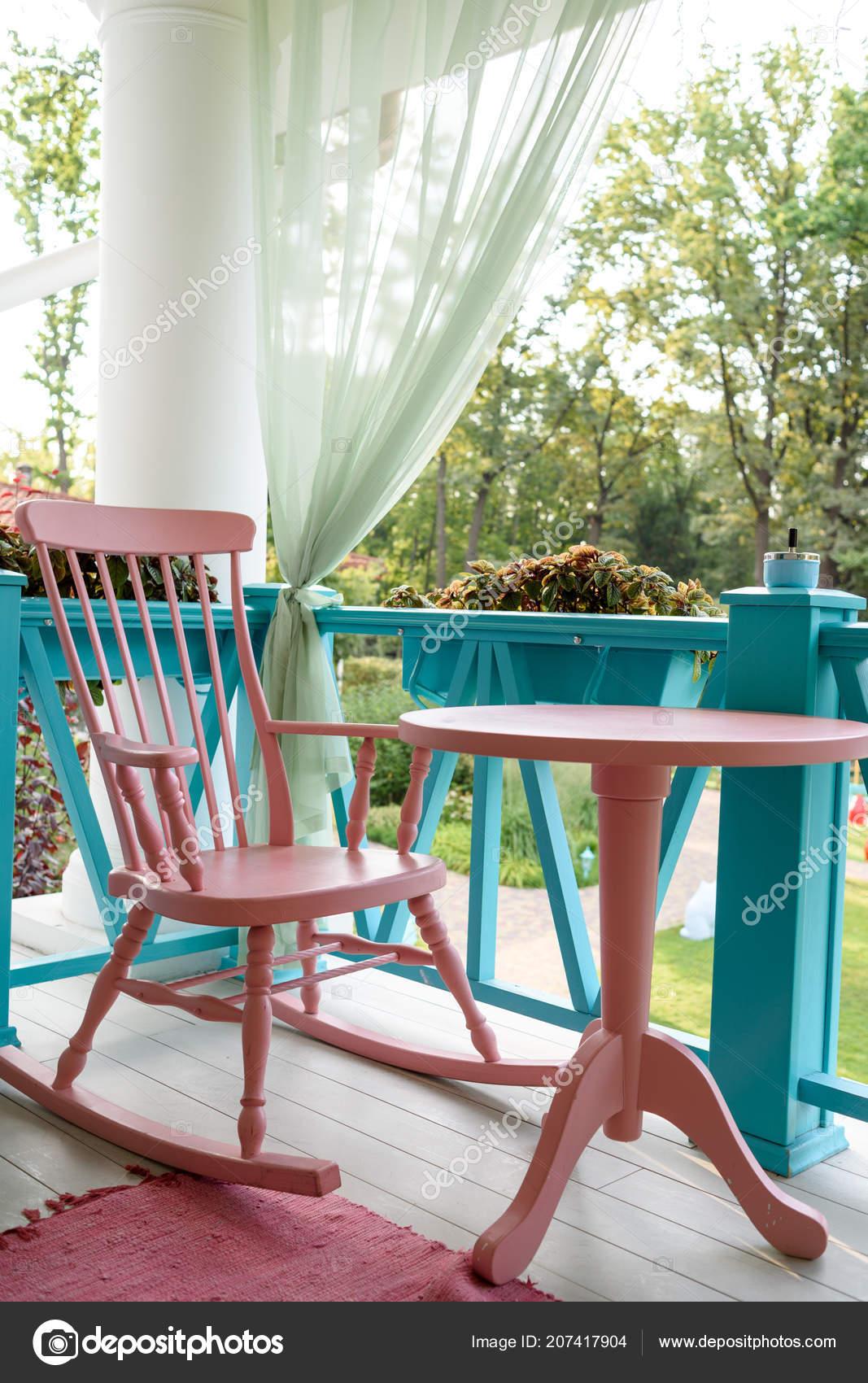 Houten Schommelstoel Voor Buiten.Roze Houten Schommelstoel Tafel Veranda Balkon Een Ontspannende