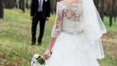 Fotografie Schöne Braut im Hochzeitskleid Hochzeit Strauß Pfingstrosen wartet des Bräutigams im Park im Freien vor der Trauung
