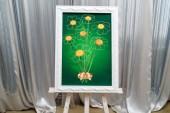 Fényképek Esküvői vagy Születésnap kívánja Kamilla az ujjlenyomatok, a vendégek csokor zöld háttér a fehér keret. Esküvői dekoráció, szabad hely