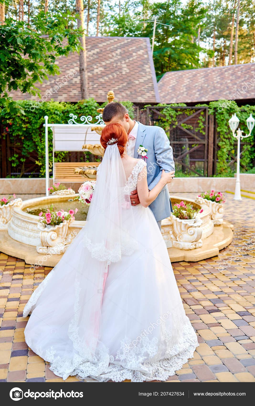 Trouwjurk Met Strik.Gelukkige Bruid Bruidegom Mooie Roodharige Witte Jurk Dansen