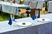 Fényképek Esküvői asztal üres borospohár és üres névjegykártya fehér tányérra és evőeszközök asztalra ifjú házasok kint, másolja a hely. Tartalék kártyát, makett menü, a recepción Esküvői teríték
