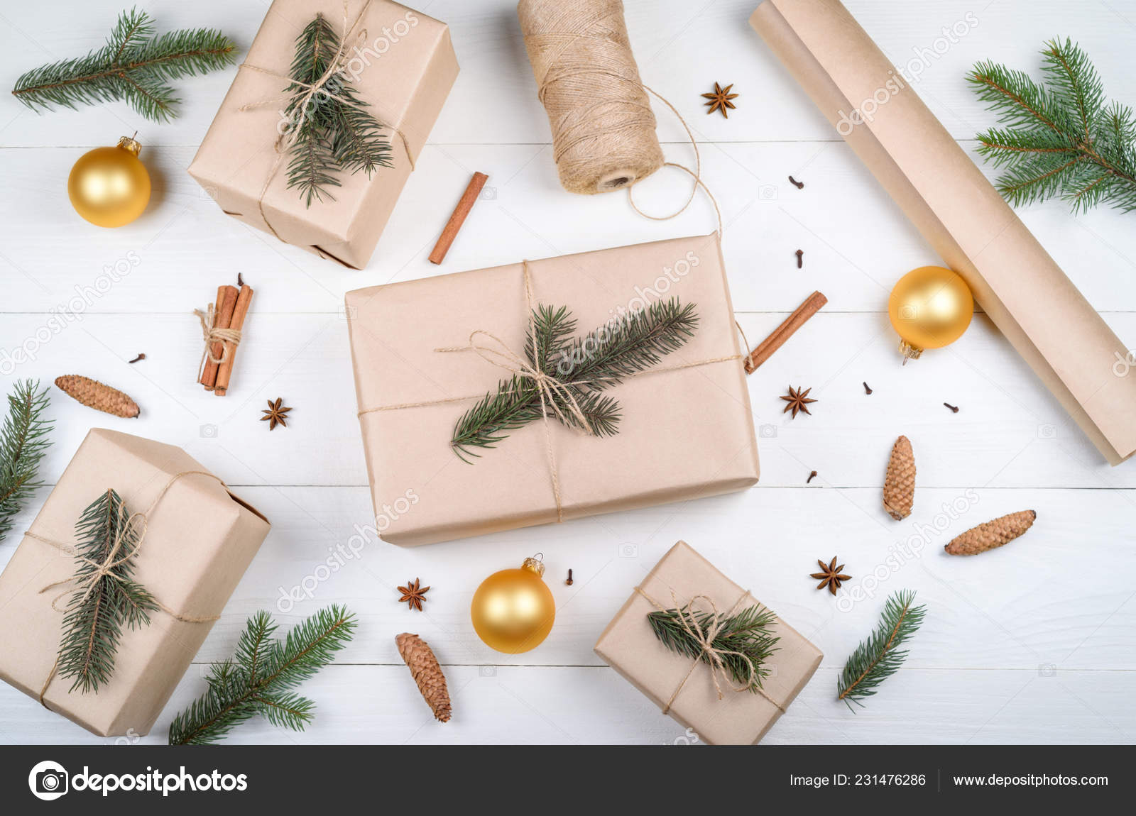 Branche D Arbre Sapin De Noel fond noël avec des boîtes cadeaux emballés dans papier kraft