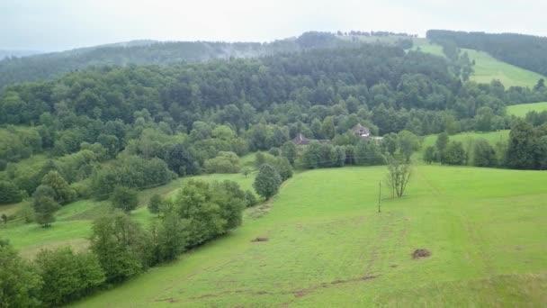 Szép légi felvétel a zöld dombok és völgyek. Jellege a fent látható Bieszczady-hegység.