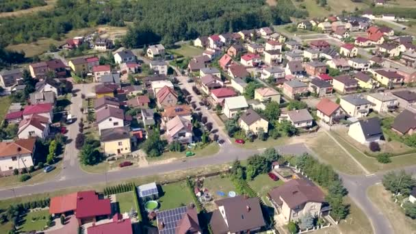 Předměstí z ptačí perspektivy. Letecké záběry z malého města v Evropě.