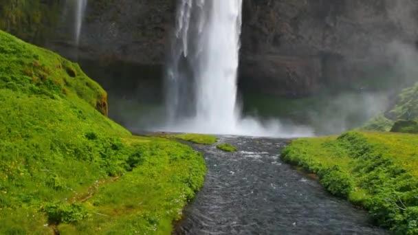Nejznámější vodopád na Islandu. Majestátní Seljalandsfoss v teplém letním světle.