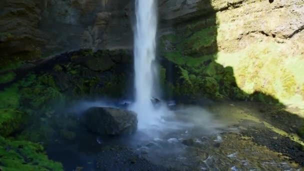 Kvernufossův vodopád na Islandu. Islandská krajina v jarním slunci.