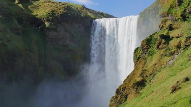 Skgafoss vodopád na Islandu. Islandská krajina v jarním slunečním světle.