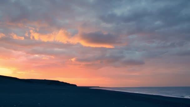 Fekete homok fehér hullámok a strandon, Izland