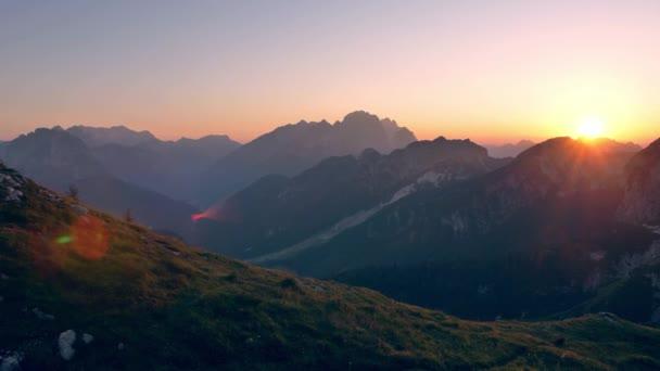 Gyönyörű naplemente az Alpok felett. Kilátás a Mangart nyeregből. Szlovénia tájai.