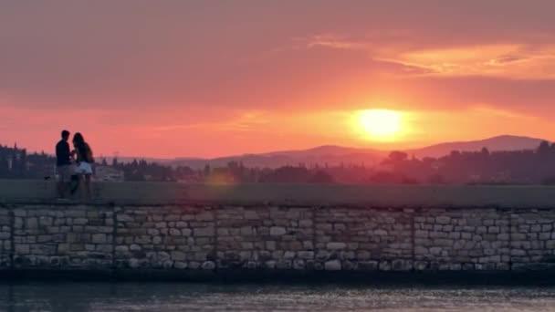 Menschen, die den Sonnenuntergang beobachten, Insel Korfu, Griechenland.