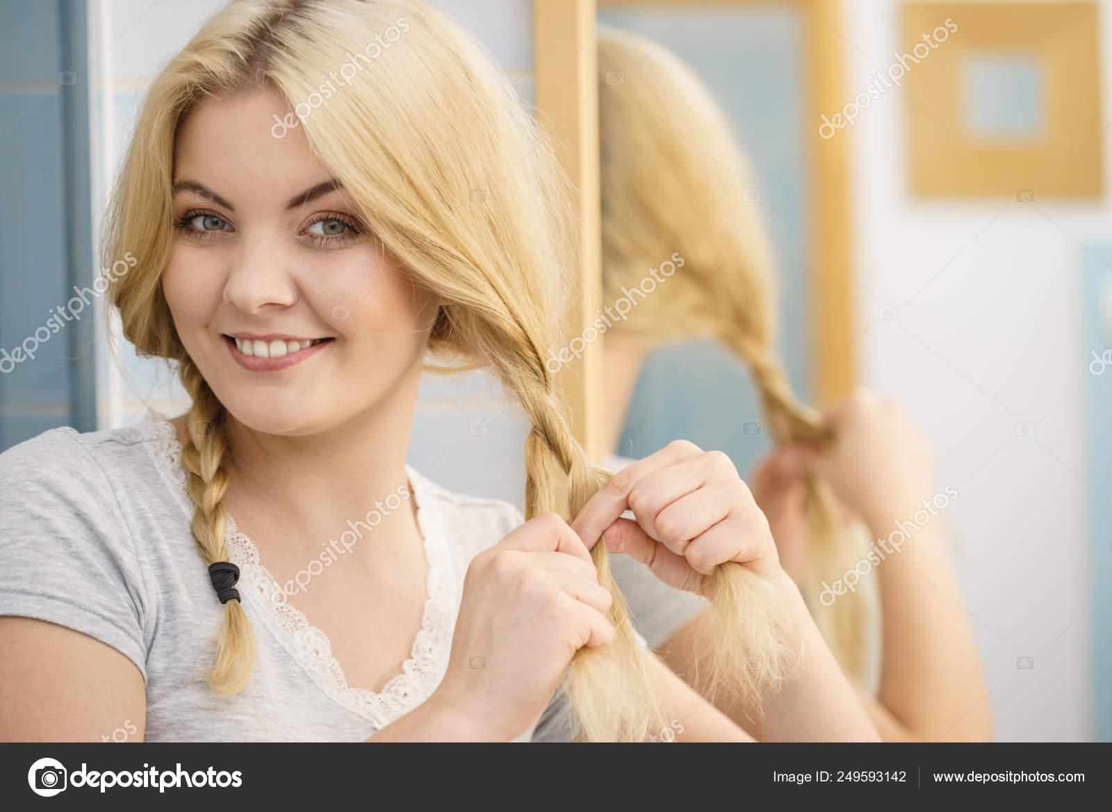junge blonde mädchen mit zöpfen